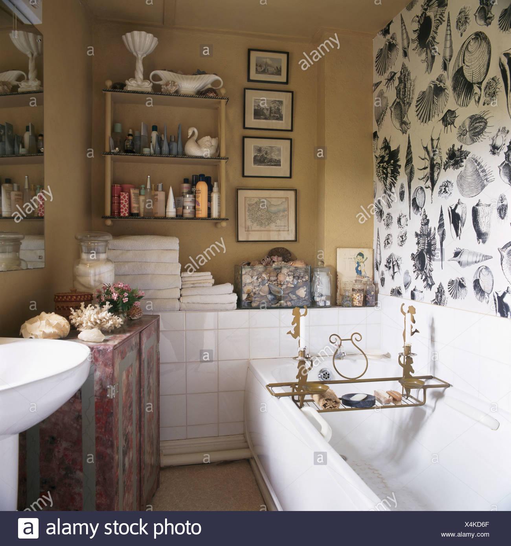 Simple bianco sopra la carta da parati in bagno piccolo bagno di colore beige con una collezione - Piastrelle con brillantini ...