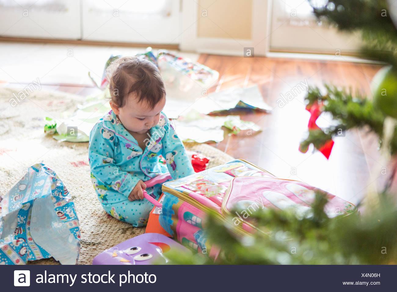 Babymädchen öffnen Weihnachtsgeschenke Stockfoto, Bild: 278285689 ...