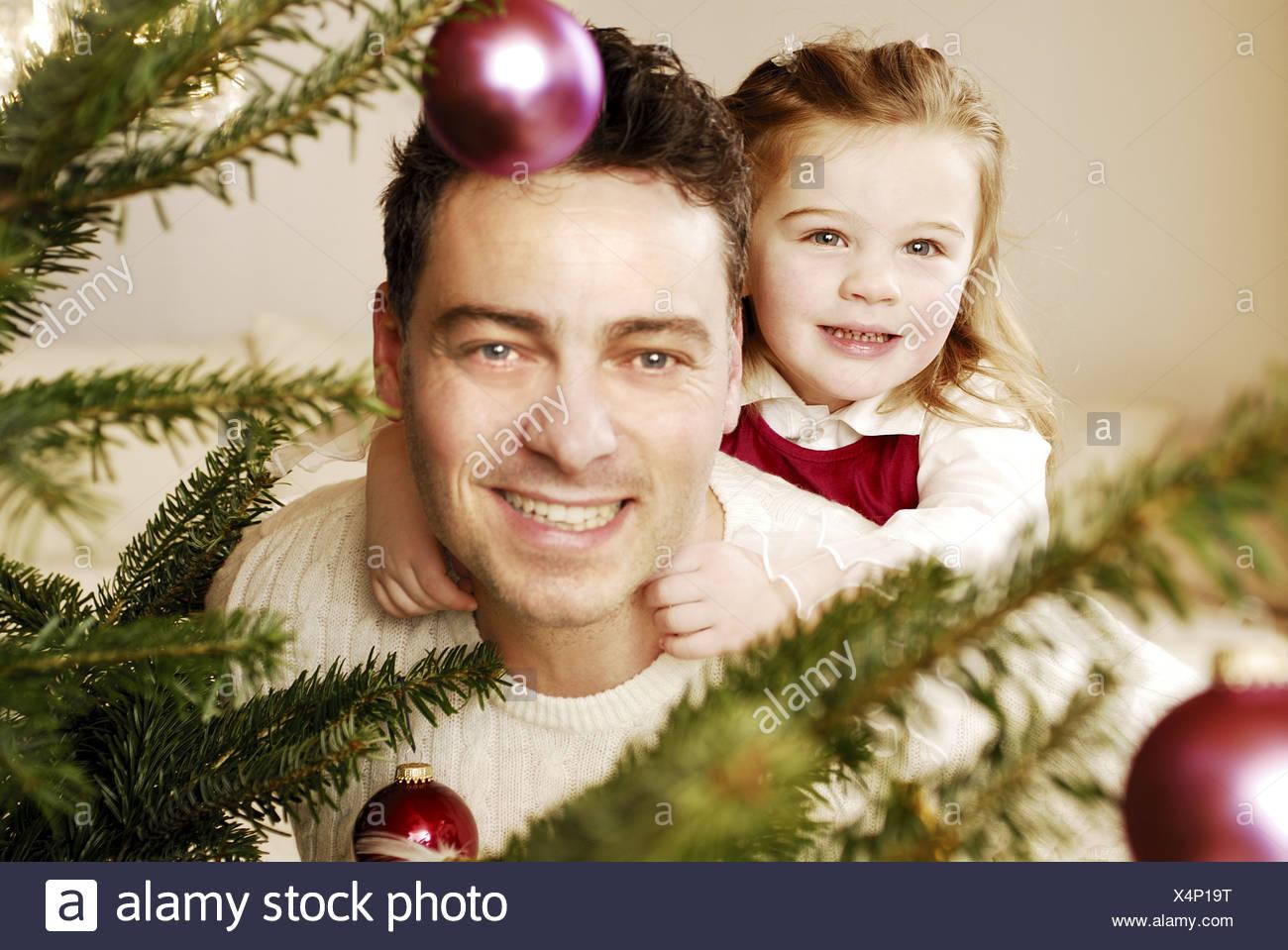 Vater Tochter Weihnachten Weihnachtsbaum anzeigen fröhlich Porträt ...