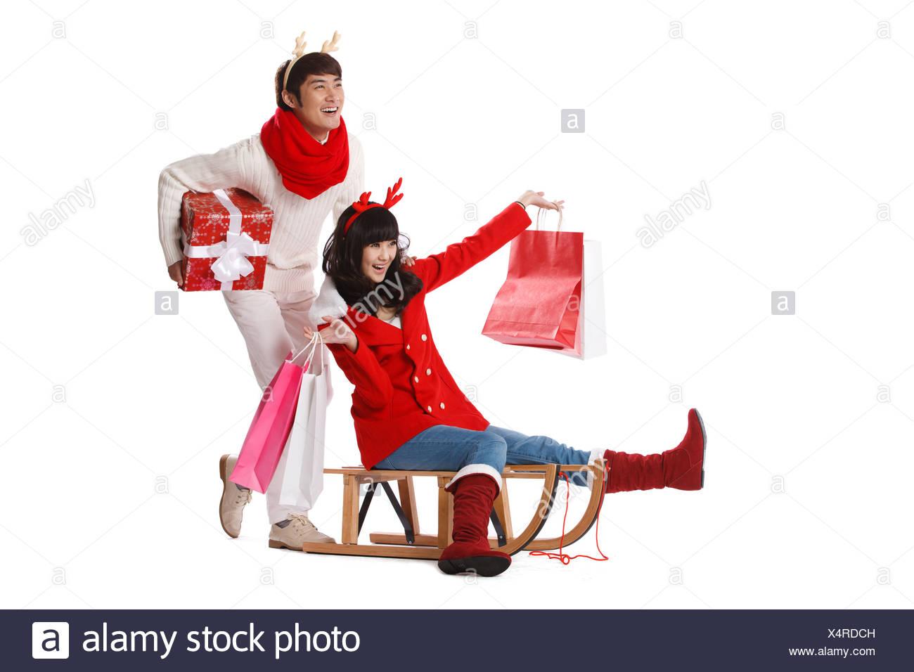 Junges Paar halten Weihnachtsgeschenk auf Schlitten Stockfoto, Bild ...