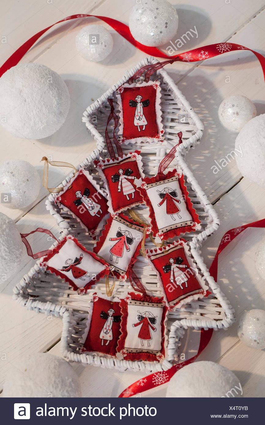 Material: Weihnachten Stoff bedruckt, Zick-Zack-Schere, Band, Nadel ...