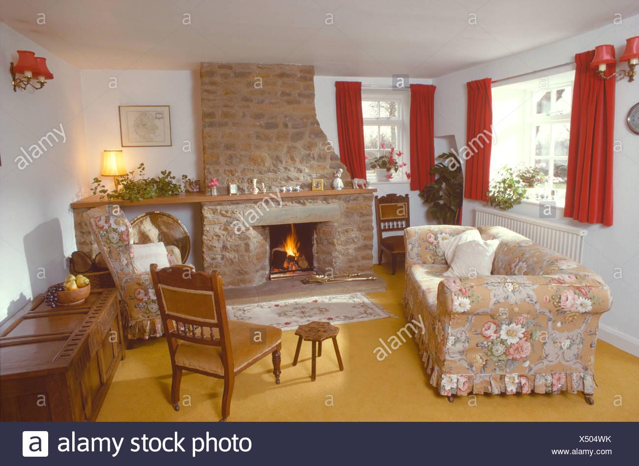 Floral Lose Abdeckung Auf Sofa Vor Dem Kamin Mit Dem Brennenden Feuer Der  Siebziger Jahre Ferienhaus Wohnzimmer Mit Gelben Teppich