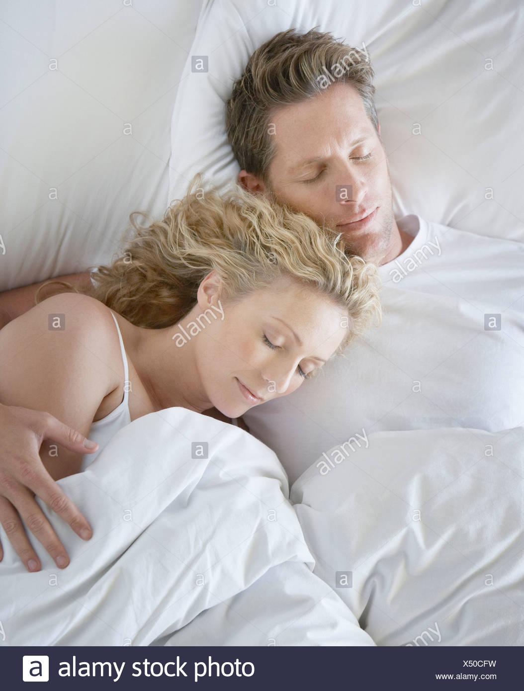 Mann und Frau kuscheln im Bett eingeschlafen Stockfoto, Bild ...