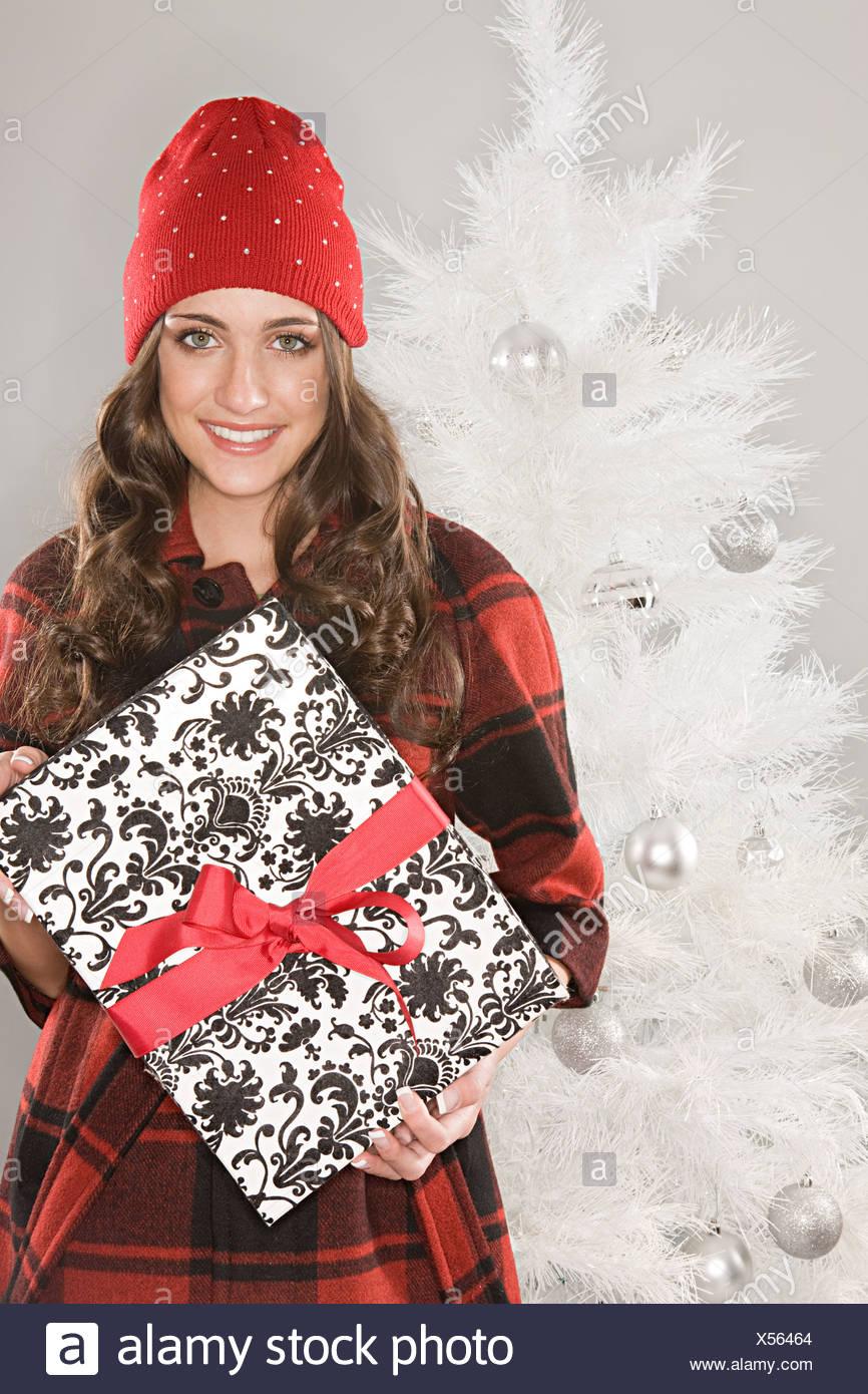 Junge Frau hält ein Weihnachtsgeschenk Stockfoto, Bild: 278574188 ...