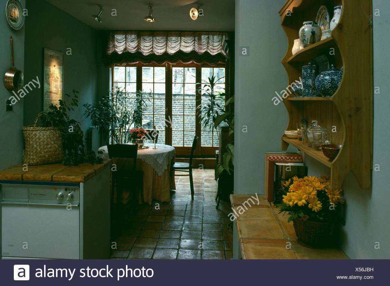 Kiefer Regale an der Wand der Küche Esszimmer Stockfoto, Bild ...