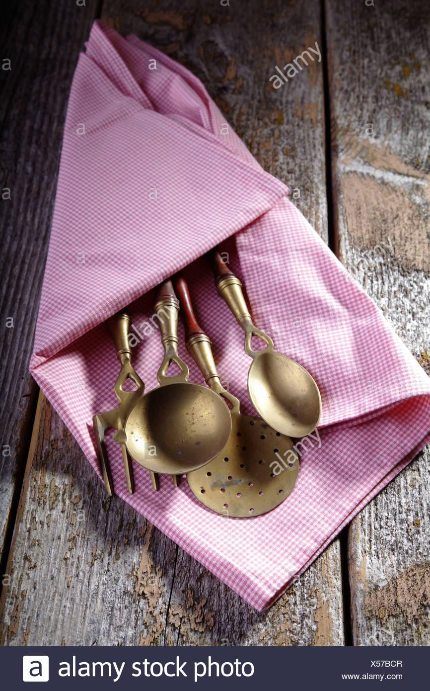 Alten Küchenutensilien aus Messing gefertigt, verpackt in einem ...