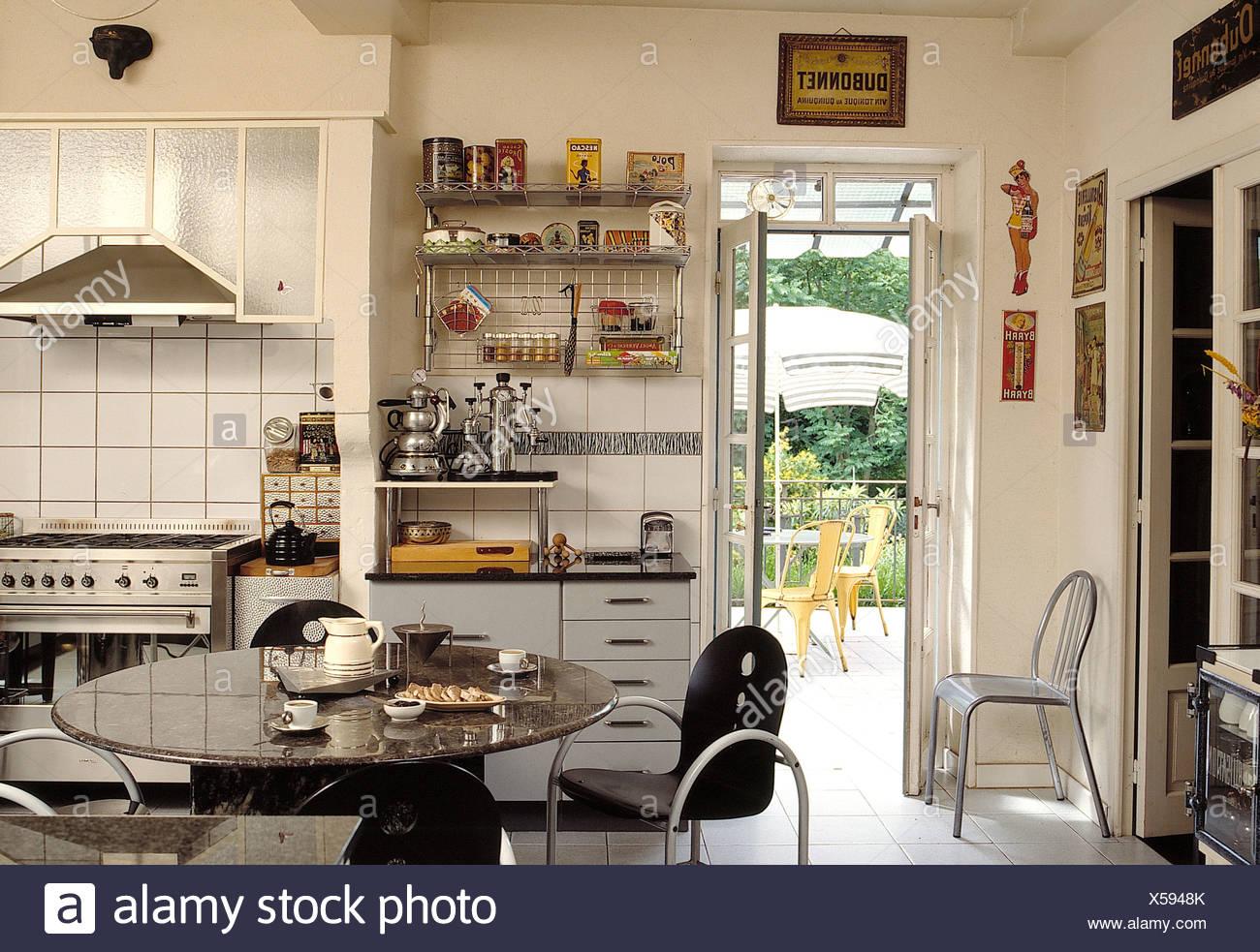 Schwarze Metall Stuhle Am Runden Tisch In Weiss Geflieste Kuche Mit