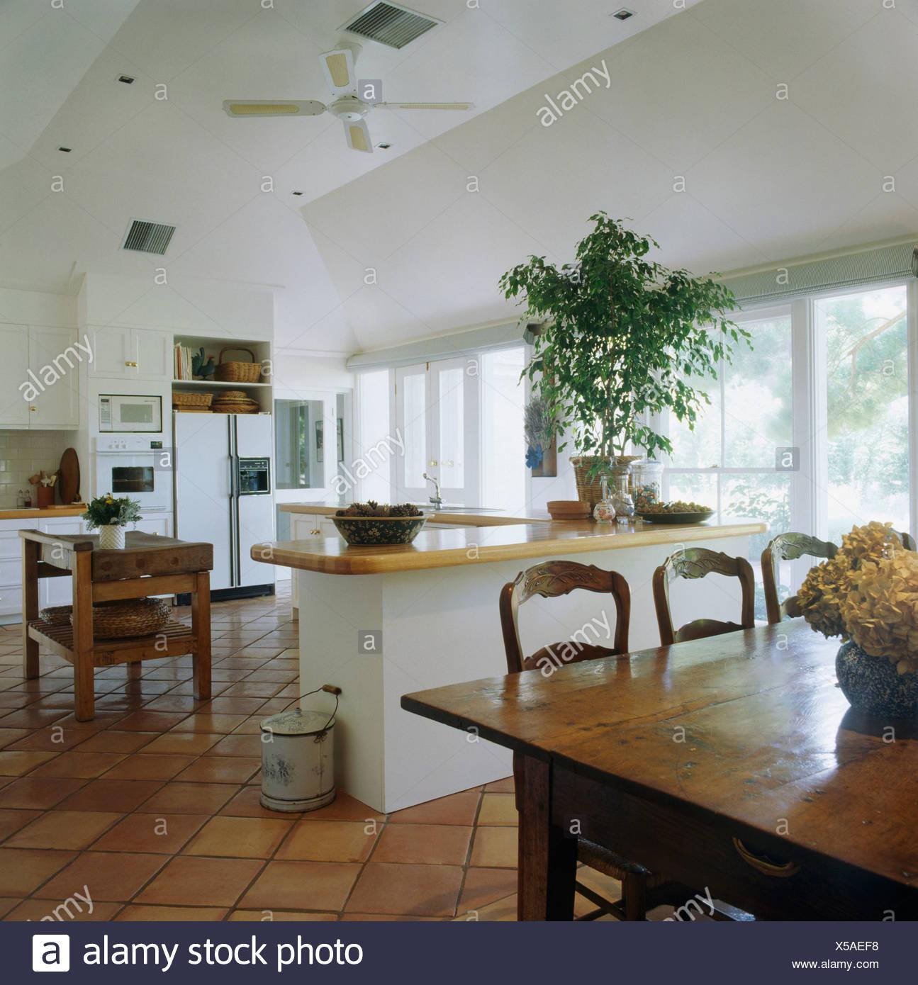 Groe kuche elegant groe natrliche kche auf kche essplatz for Stuhle kuche esszimmer