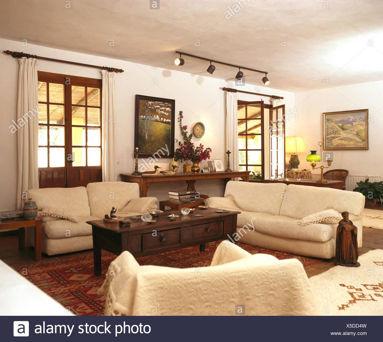 Cremefarbene Sofas Und Dunkles Holz Couchtisch Im Wohnzimmer Der Spanischen  Villa