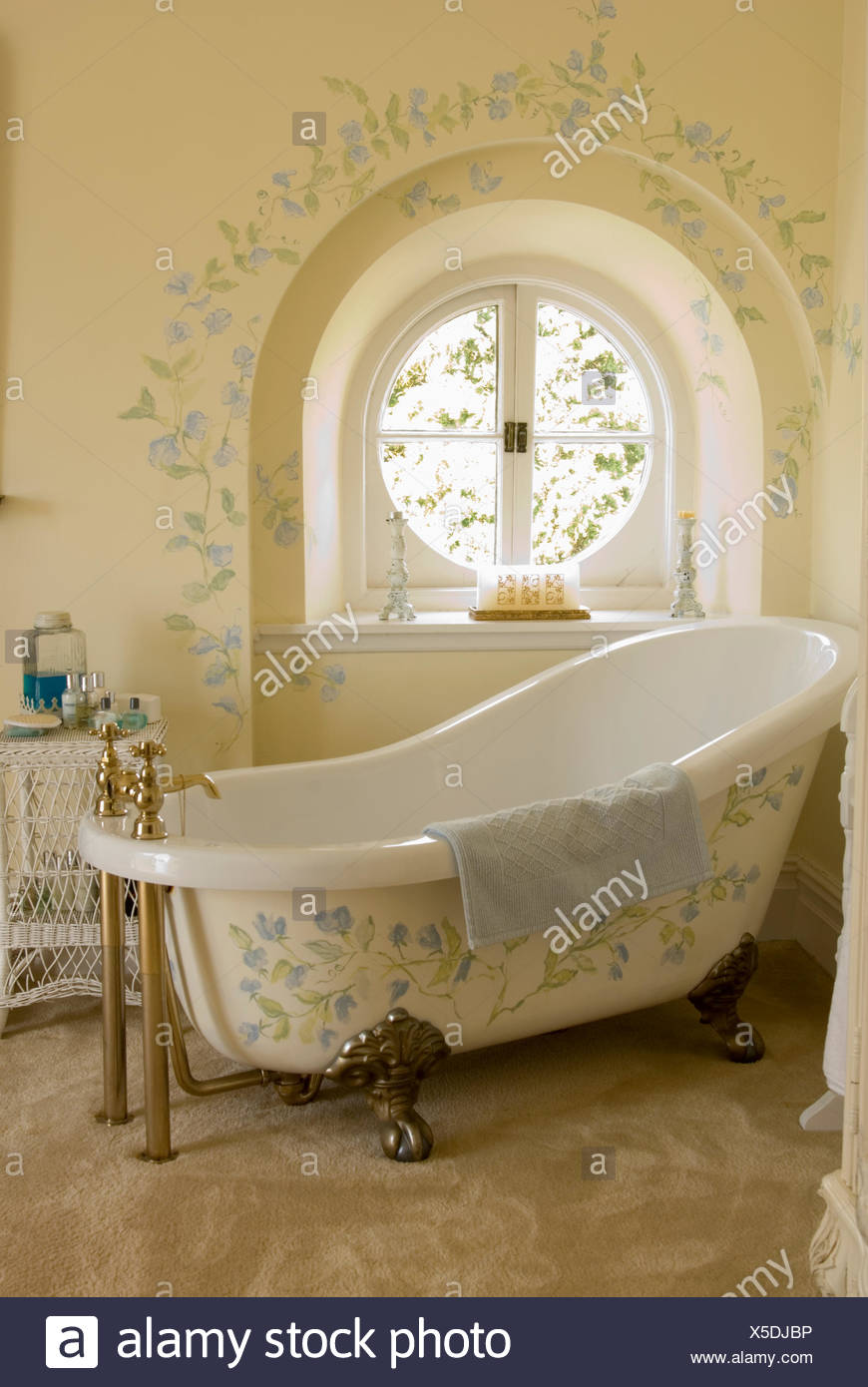 Gut Creme Bad Mit Floraler Bemalung Auf Rolltop Bad Vor Kreisrundes Fenster Mit  Passenden Dekoration An Wand