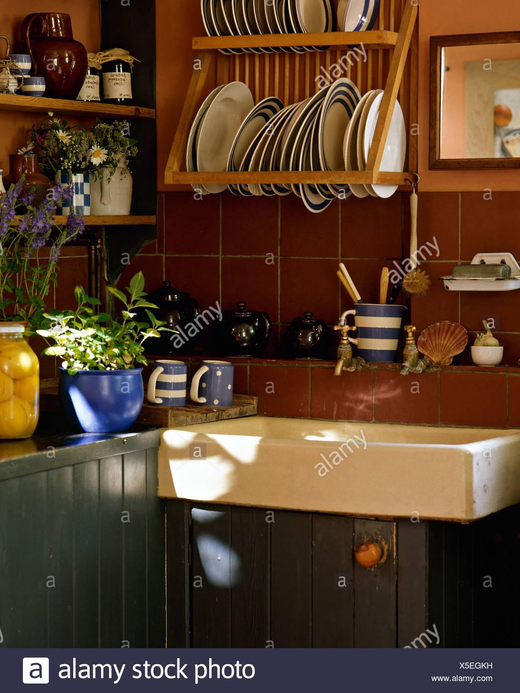 Blau Weiß Gestreifte Platten Auf Holzgestell über Belfast - Braune fliesen küche