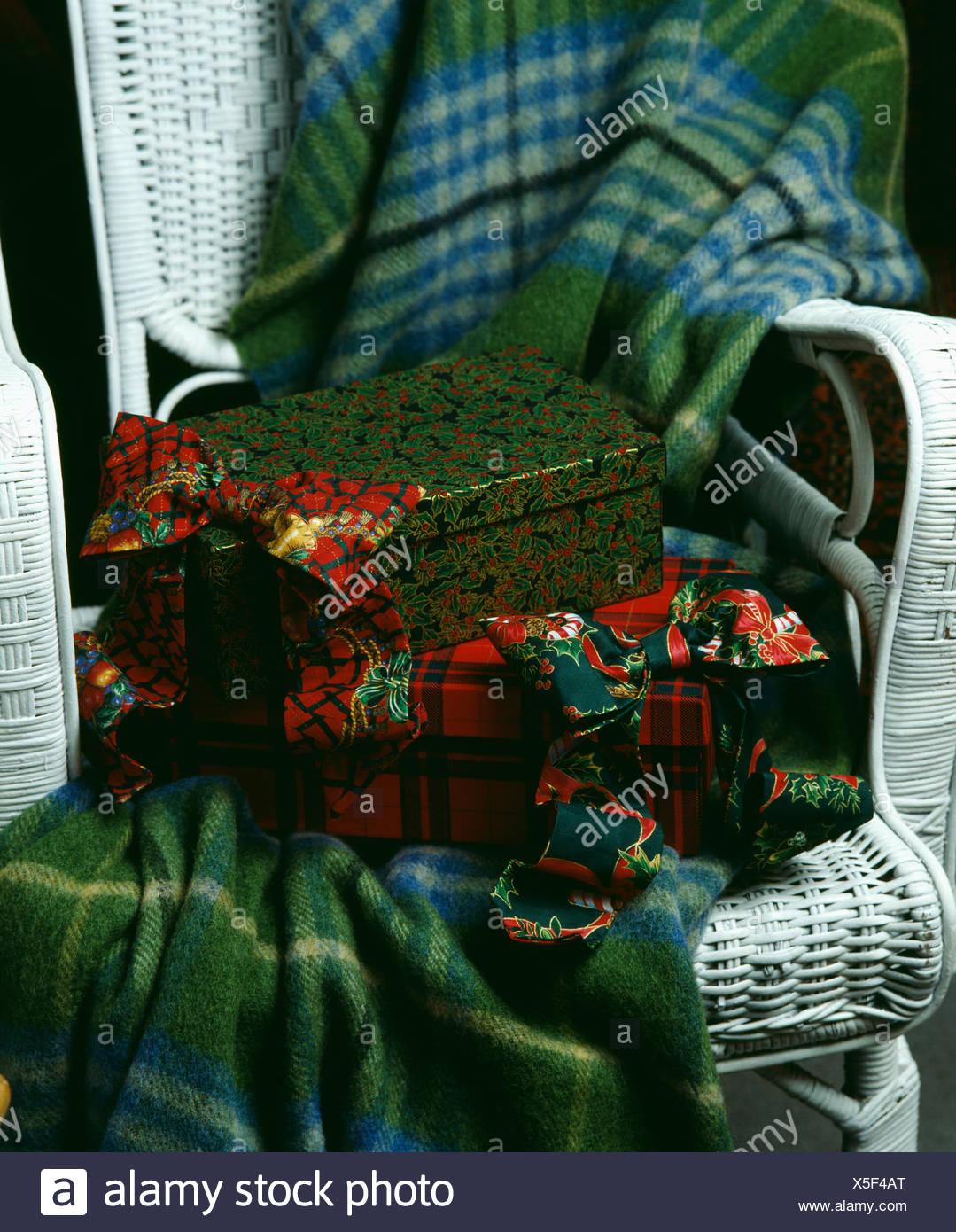 Nahaufnahme von festliche Fliege und Weihnachts-Geschenk-Boxen auf ...
