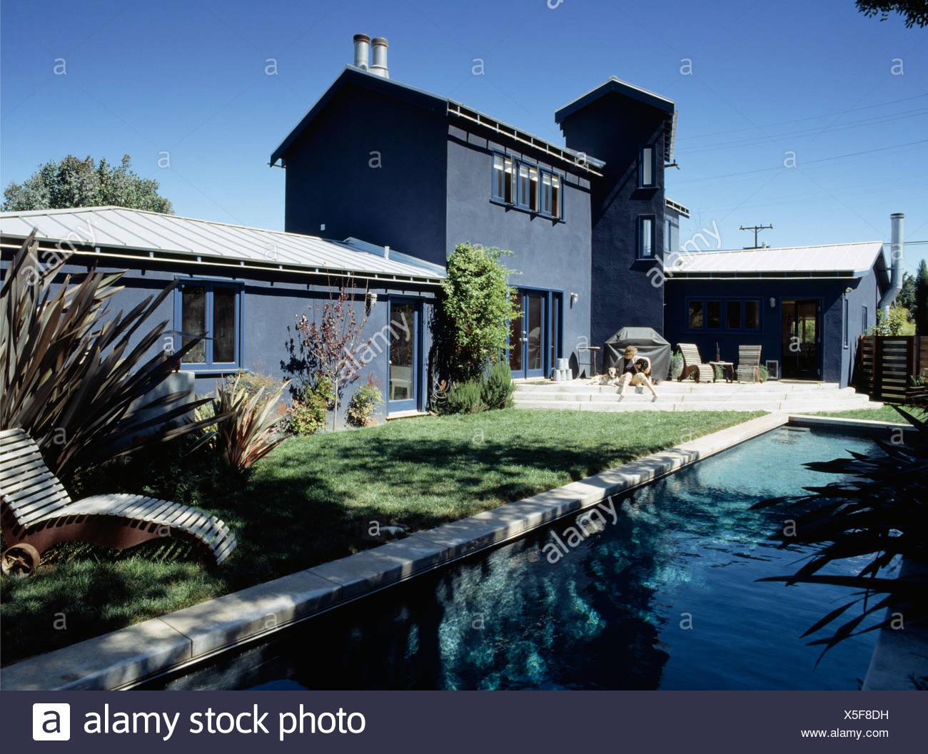 Swimmingpool im Garten des modernen Haus in Kalifornien Stockfoto ...