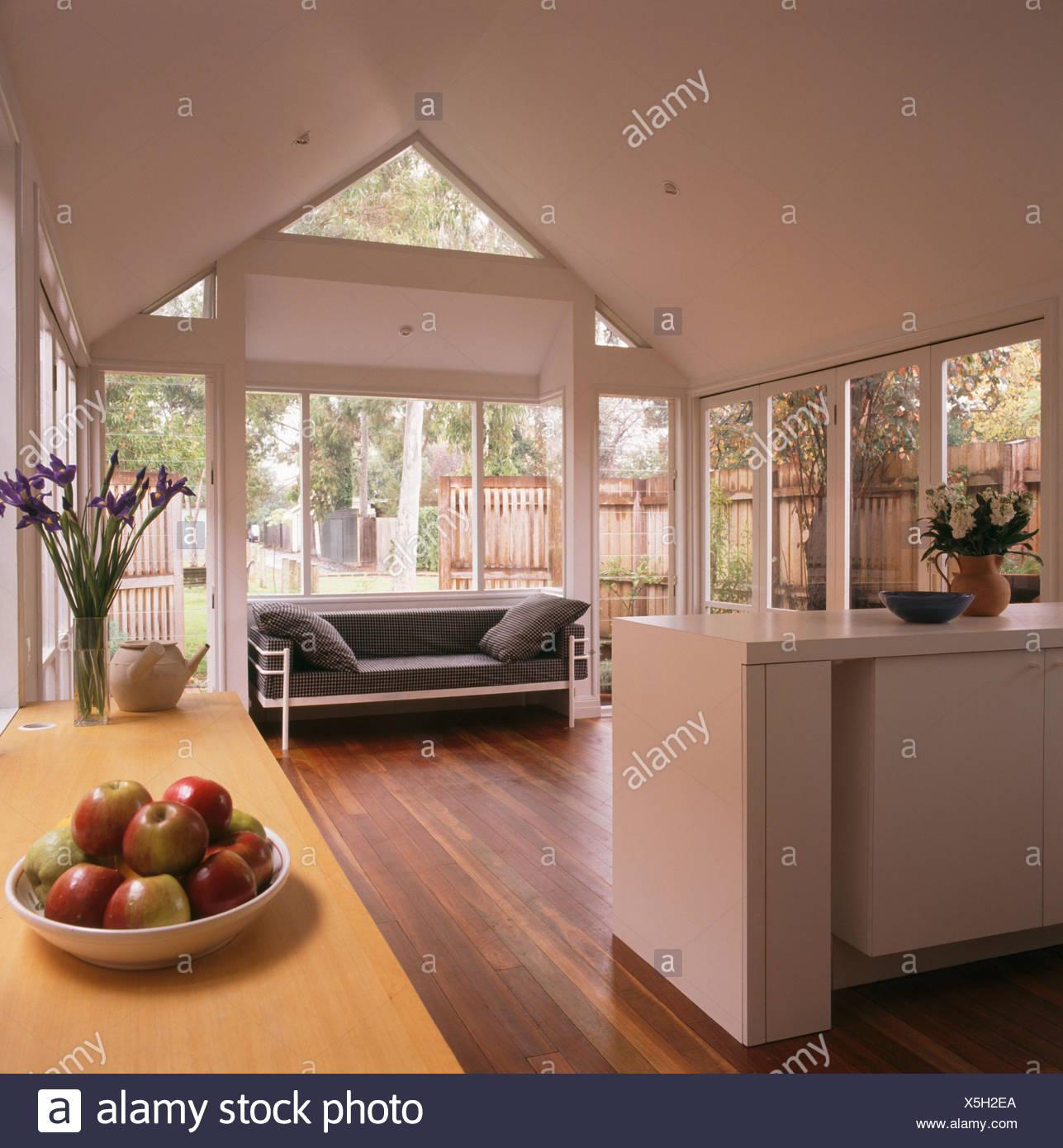 Moderne weiße offene Küche und Wohnzimmer Erweiterung mit schwarz ...