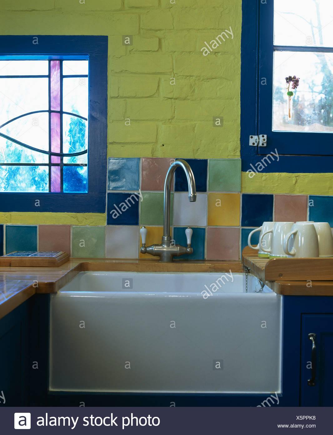 Nahaufnahme Von Bunten Fliesen An Wand über Stahl Mischbatterie Und - Bunte fliesen küche