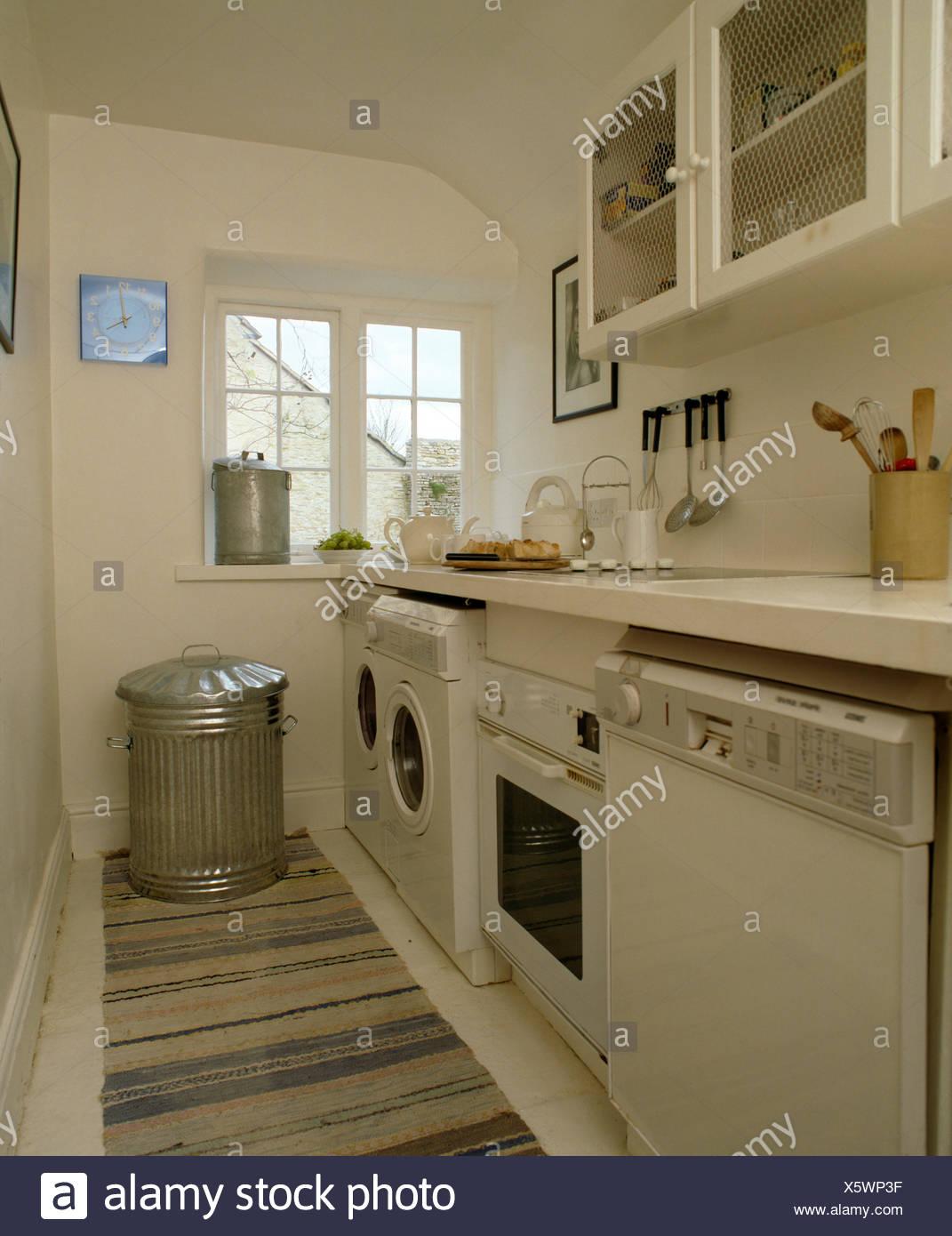 Geschirrspüler und Backofen mit Waschmaschine in Zeile der Geräte in ...