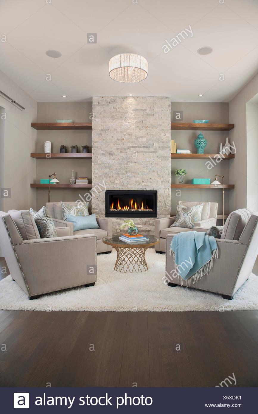 Elegante soggiorno con camino Foto & Immagine Stock: 279020645 - Alamy