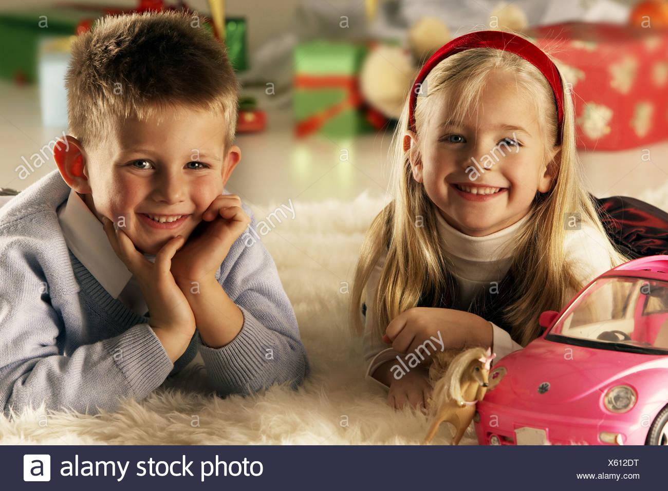 Weihnachten-Geschwister Teppich Lüge, dass Spielzeug Hintergrund ...