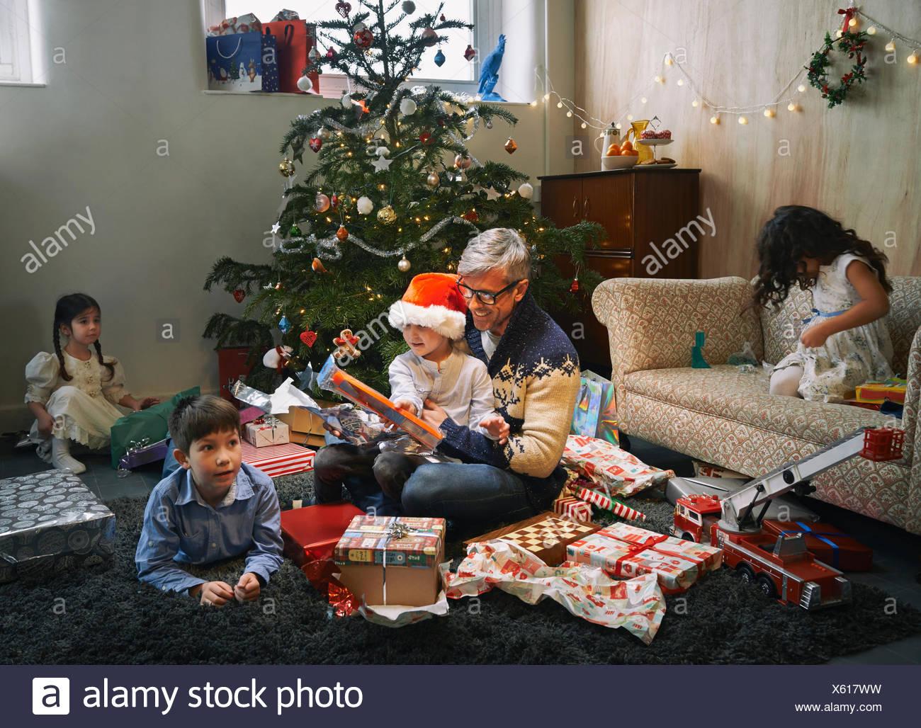 Vater und seinen vier Kindern Weihnachtsgeschenke im Wohnzimmer ...
