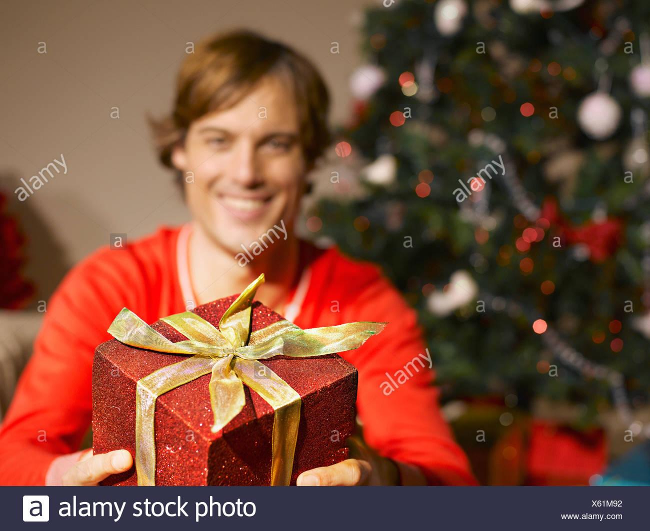 Mann mit Weihnachtsgeschenk Stockfoto, Bild: 279091710 - Alamy