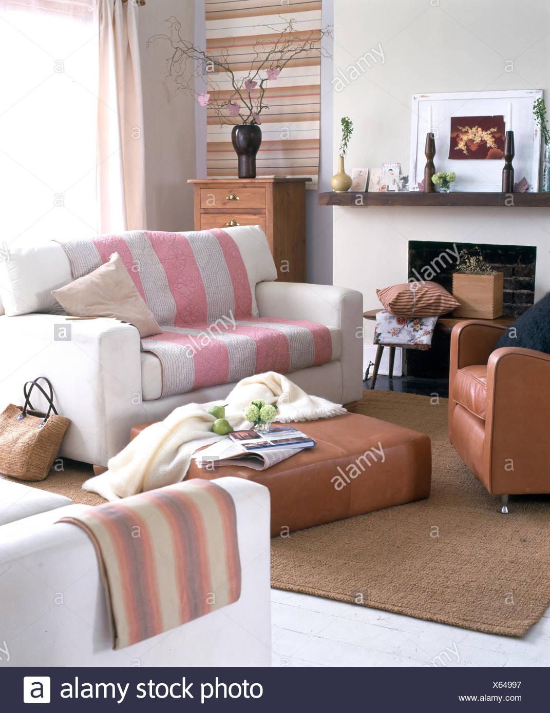 Kleines, modernes Wohnzimmer mit 2-Sitzer Sofas und Sessel aus Leder ...