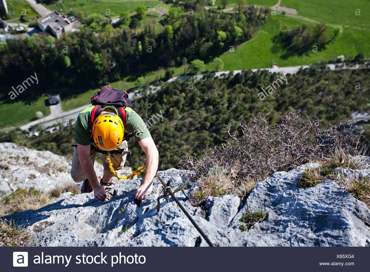 Klettersteig Englisch : Bergsteiger beim aufstieg von der kaiser maximilian klettersteig