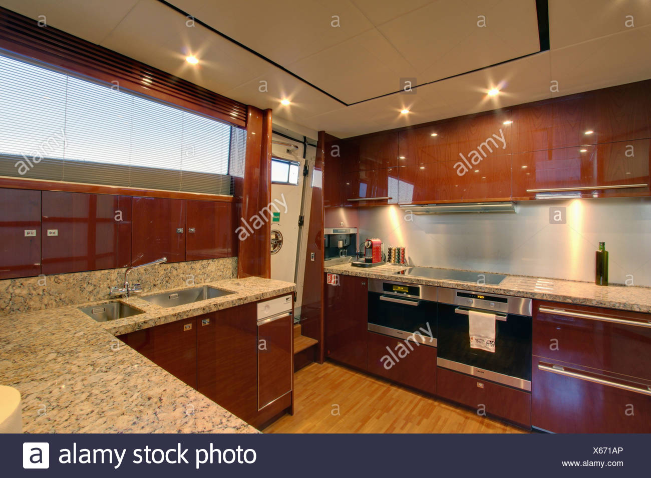 Doppel Ofen Und Kleine Spulmaschine In Montierten Einheiten In