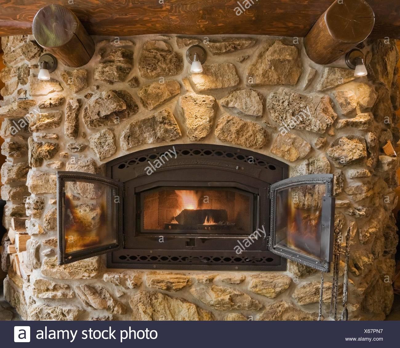Beleuchtete Feldsteinen Und Rock Kamin Im Wohnzimmer In Zeder Blockhaus,  Quebec, Kanada