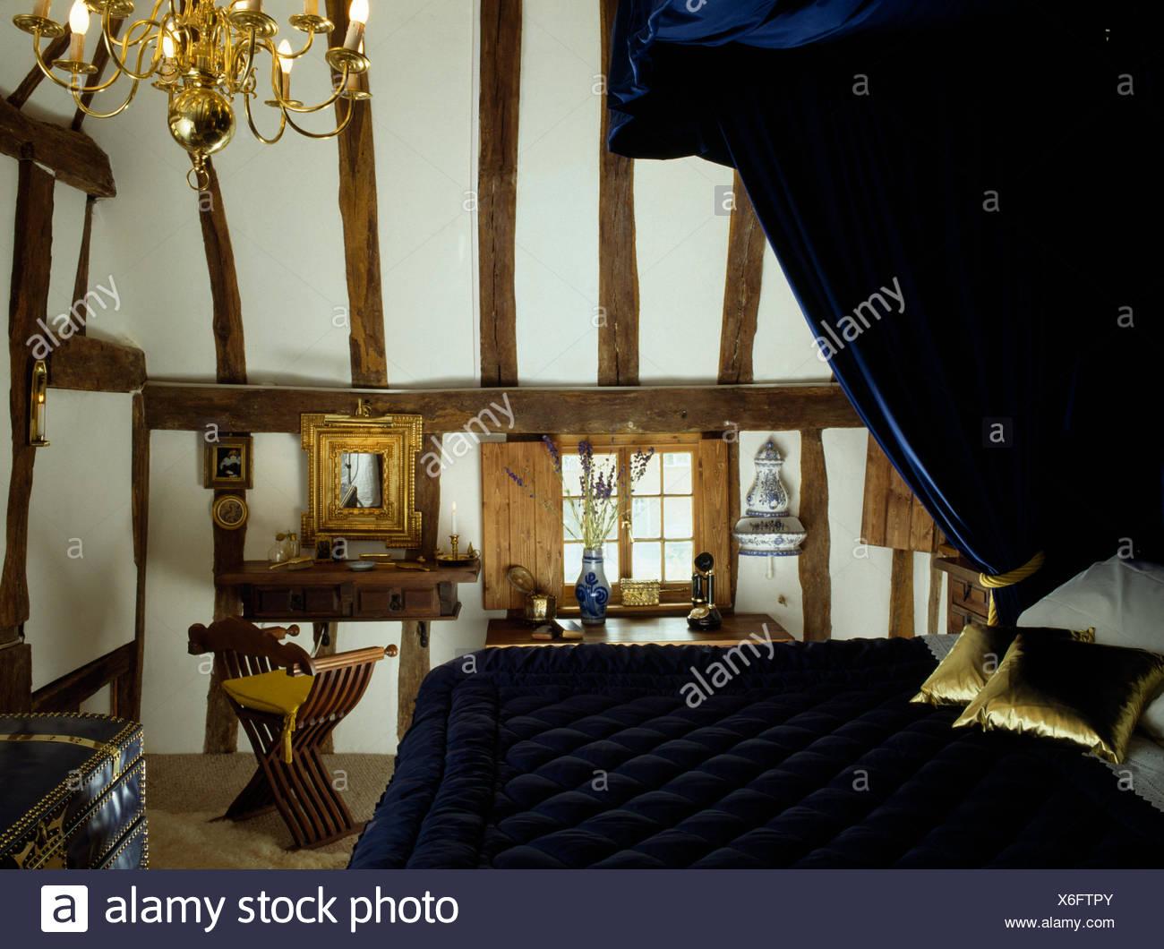 Blaue Samtvorhänge Und Quilt Auf Halbe Tester Bett Mit Gold Kissen In Den  Neunziger Jahren Strahlte Schlafzimmer