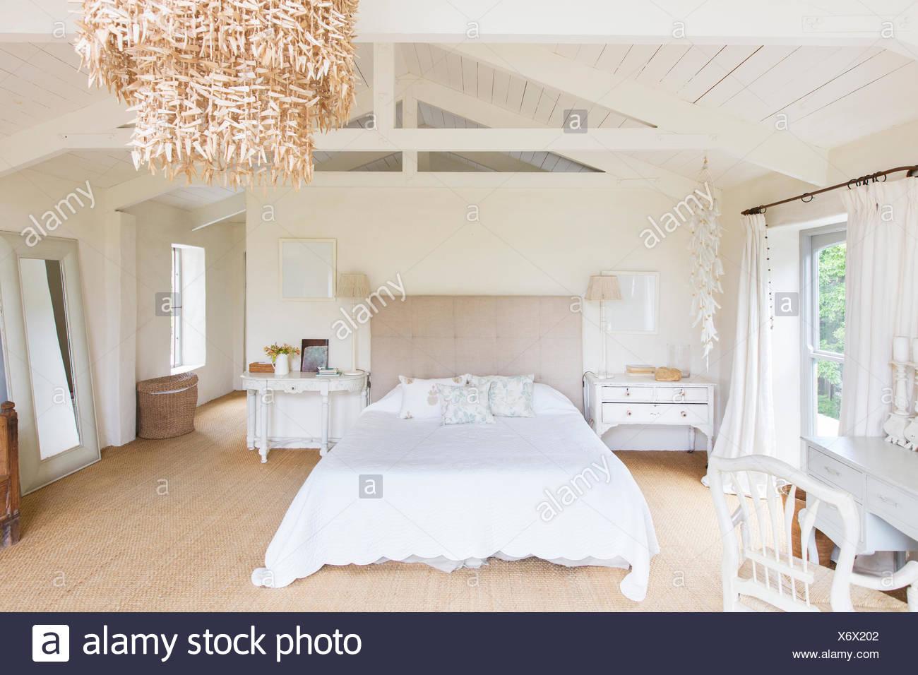 Kronleuchter und in rustikalen Schlafzimmer Stockfoto, Bild ...