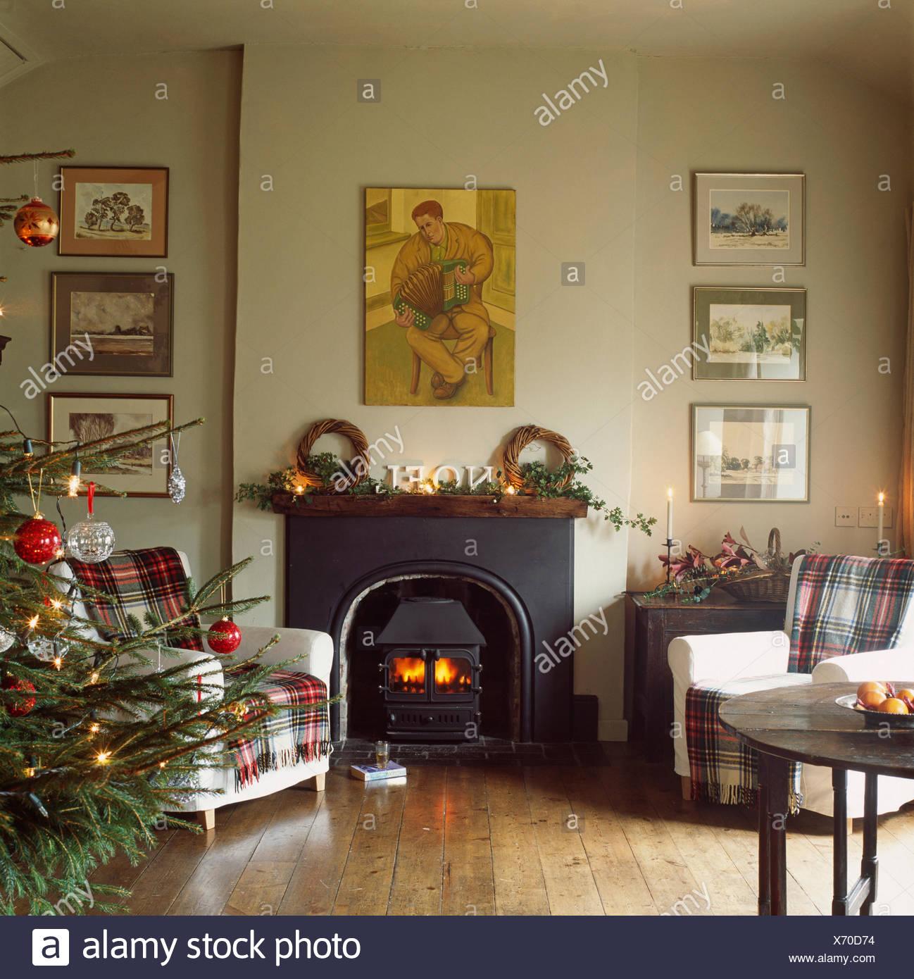 Tartan Teppiche Auf Cremefarbenen Sessel Auf Beiden Seiten Der Gusseiserne  Ofen Im Wohnzimmer Mit Weihnachtsbaum