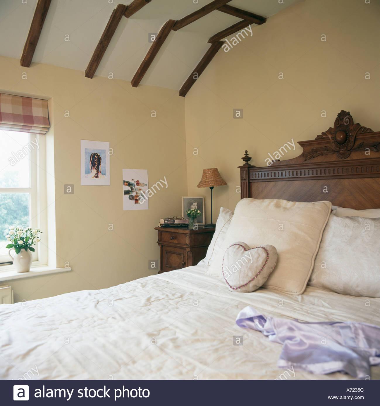 Antikes Holz Bett Mit Kissen Im Land Schlafzimmer