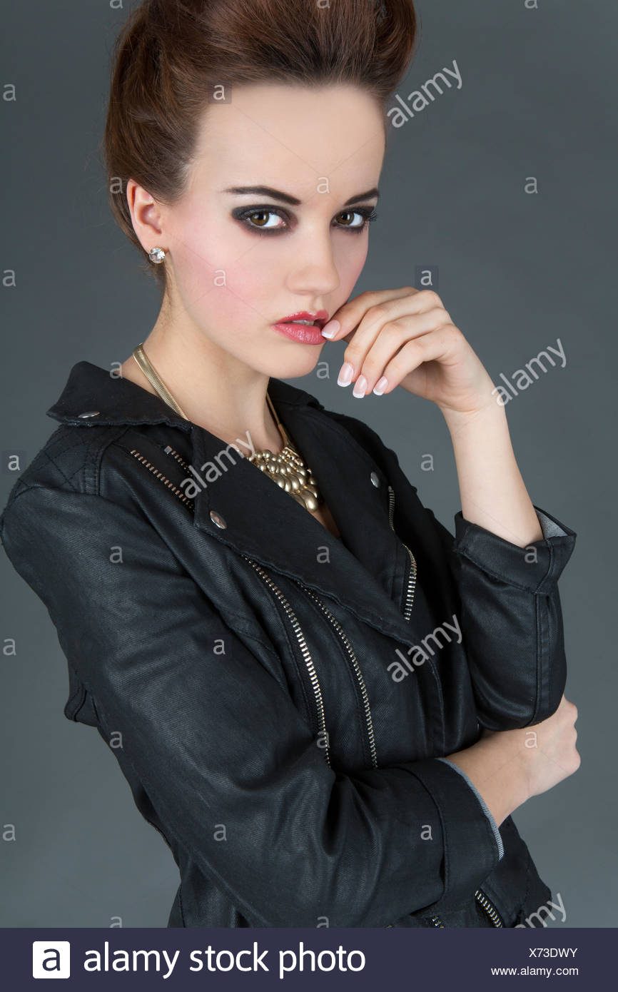 Junge Frau trägt einen Leder-Outfit, Mode Stockfoto, Bild  279745255 ... 068df2e22c