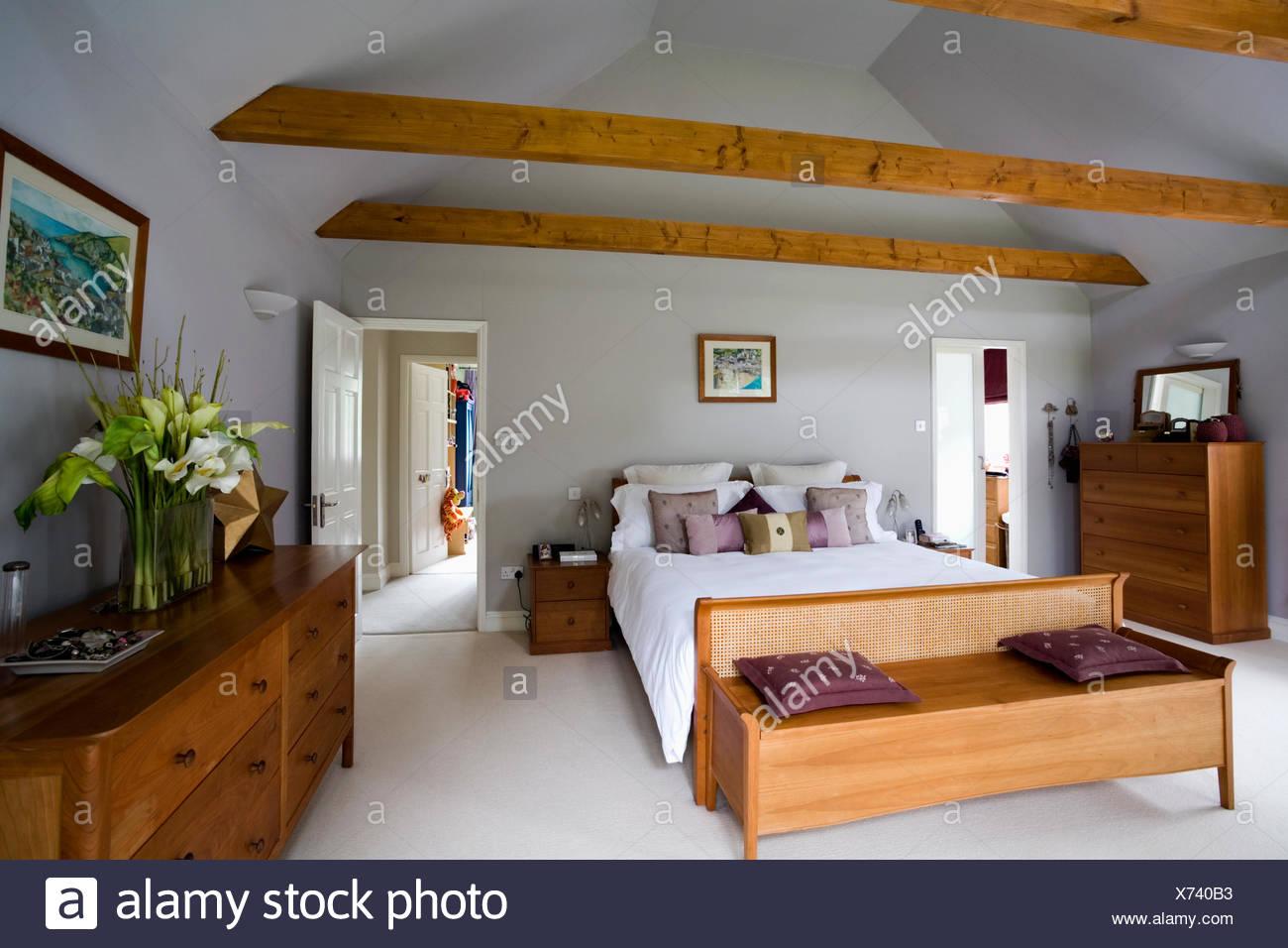 Blickfang Schlafzimmer Teppich Ideen Von Holzkiste Unter Bett In Modernen Blass Grau