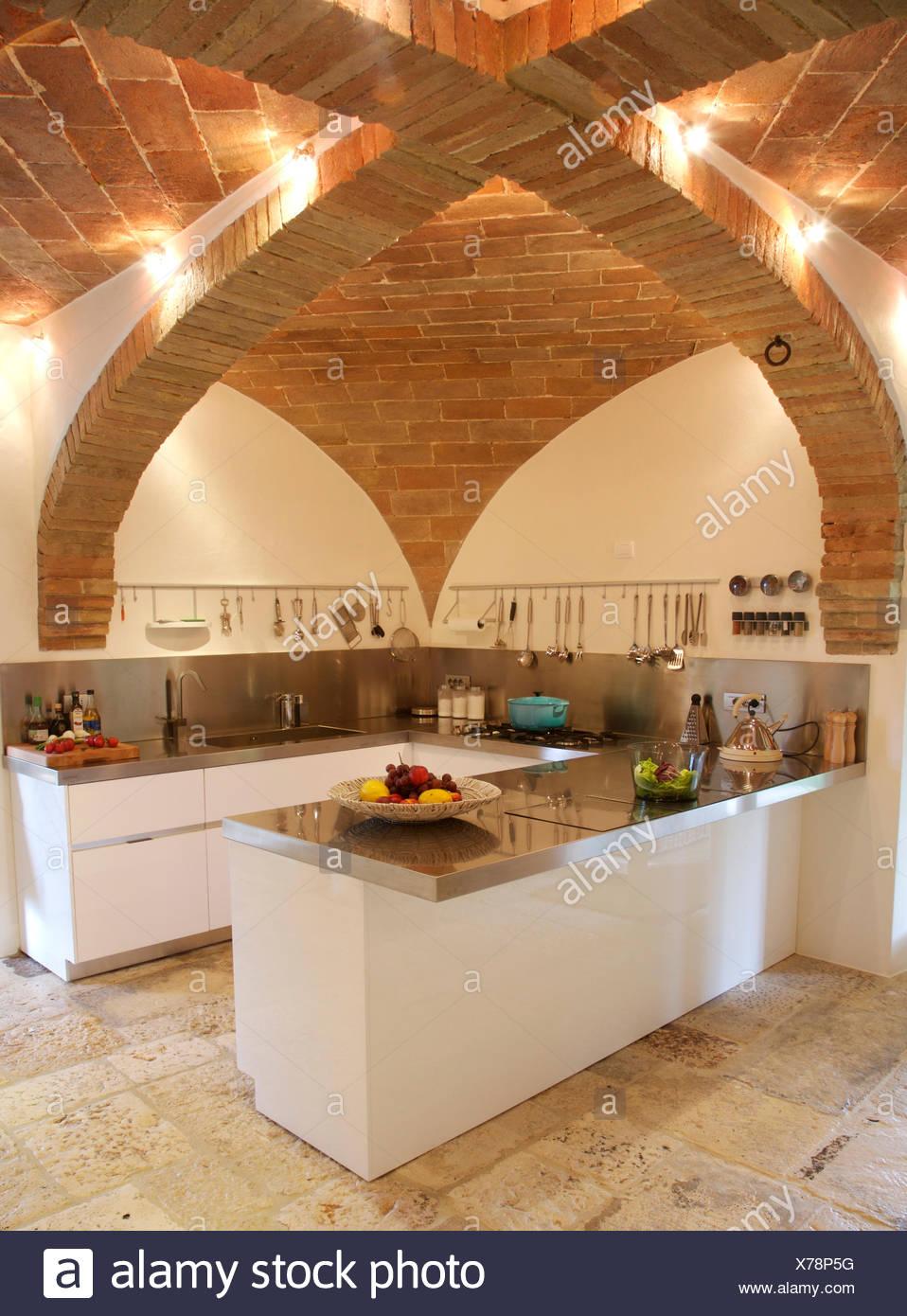 Gewölbte Ziegel Decke In Modernen Italienischen Küche Mit  Granit Arbeitsplatten Auf Modern Ausgestattete Einheiten