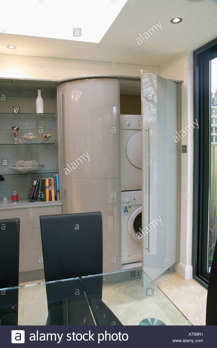 Tür offen auf Waschmaschine und Wäschetrockner, versteckt im Schrank ...