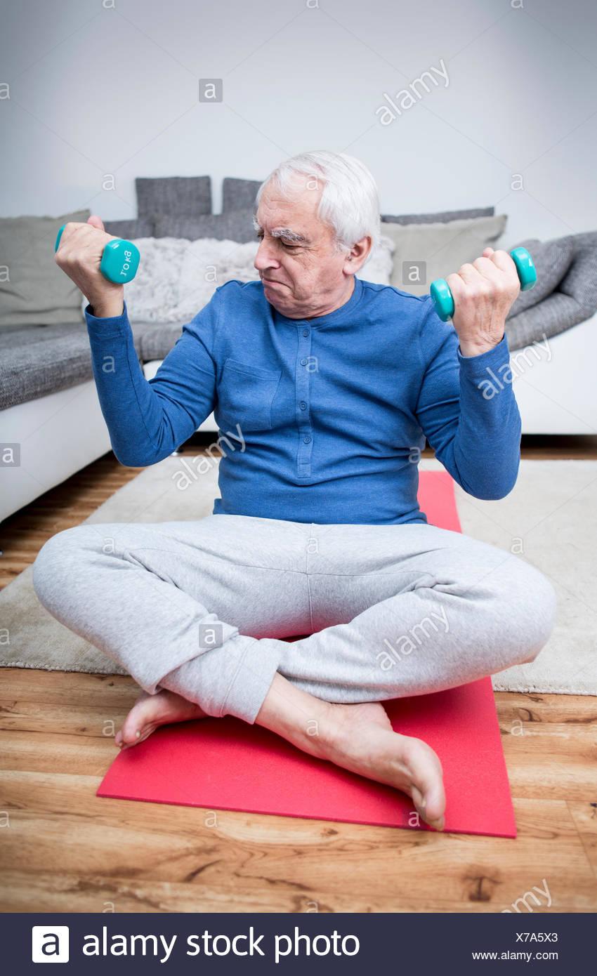 Altere Mann Tut Muskel Training Zu Hause Stockfoto Bild 279892651