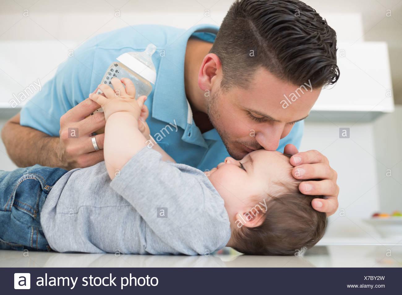 Kussen Voor Baby : Waarom je niemand mag toestaan om je baby op de mond te kussen