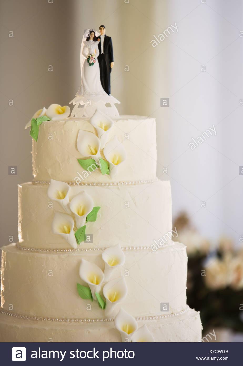 Hochzeitstorte Mit Brautpaar Figuren Stockfoto Bild 279951963 Alamy