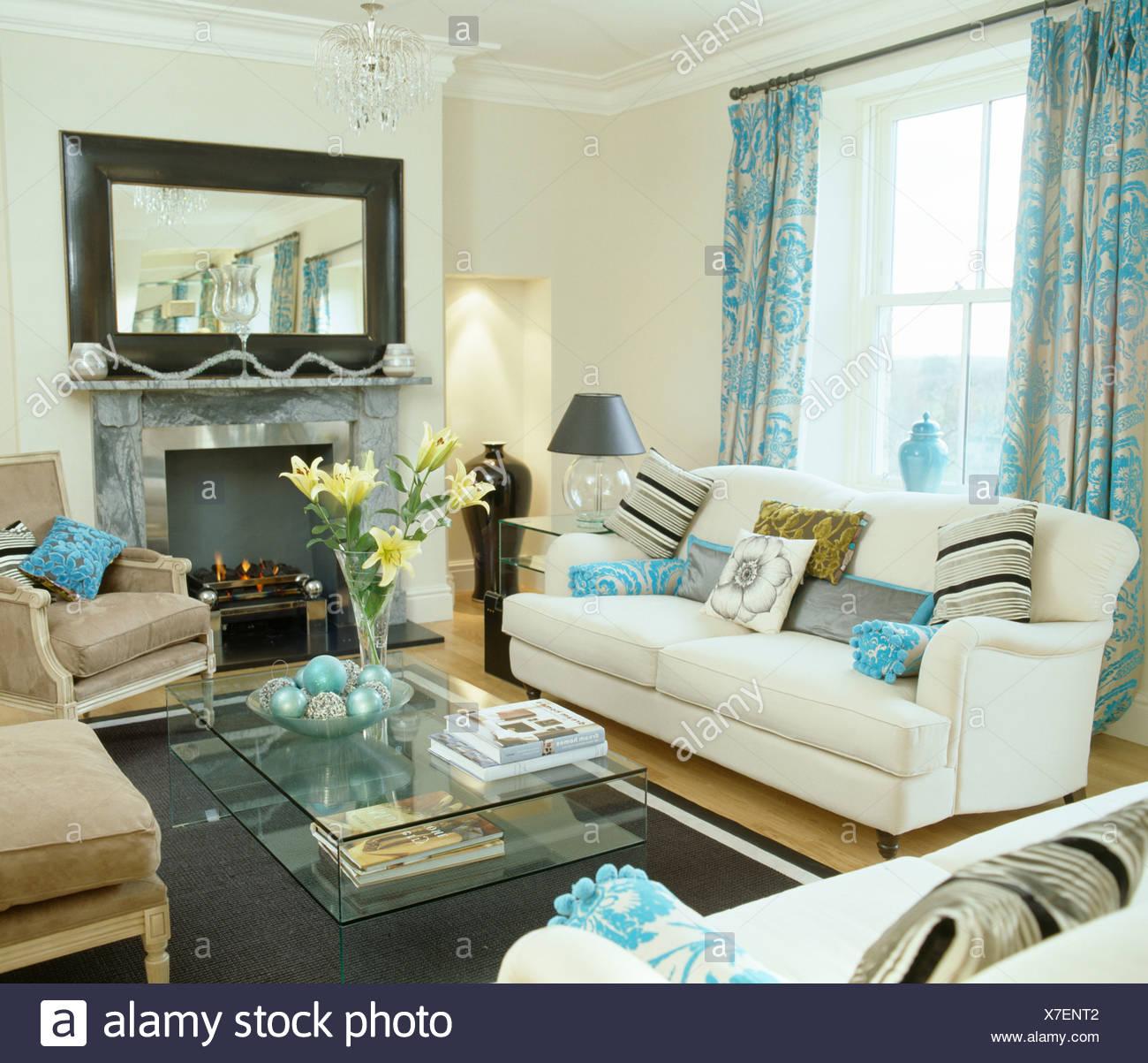 Gemusterte Türkis Vorhänge Am Fenster über Dem Weißen Sofa In Weiß  Wohnzimmer Mit Großem Spiegel über Dem Kamin