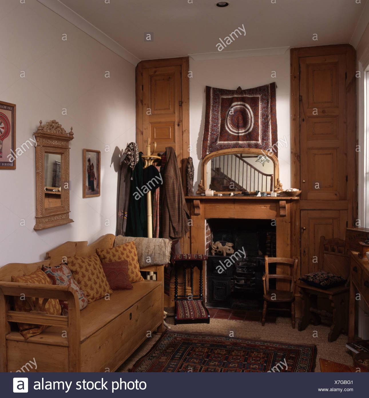 Antik Kiefer Siedeln Sich Im Kleinen Wohnzimmer Mit Spiegel über Dem Kamin  Kiefer Und Kiefer Türen Auf Alkoven Schränke