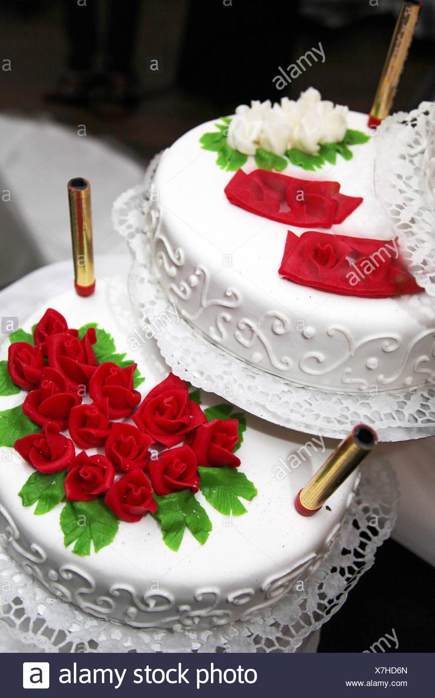 Dekorierte Hochzeitstorte Mit Roten Rosen Stockfoto Bild 280052045