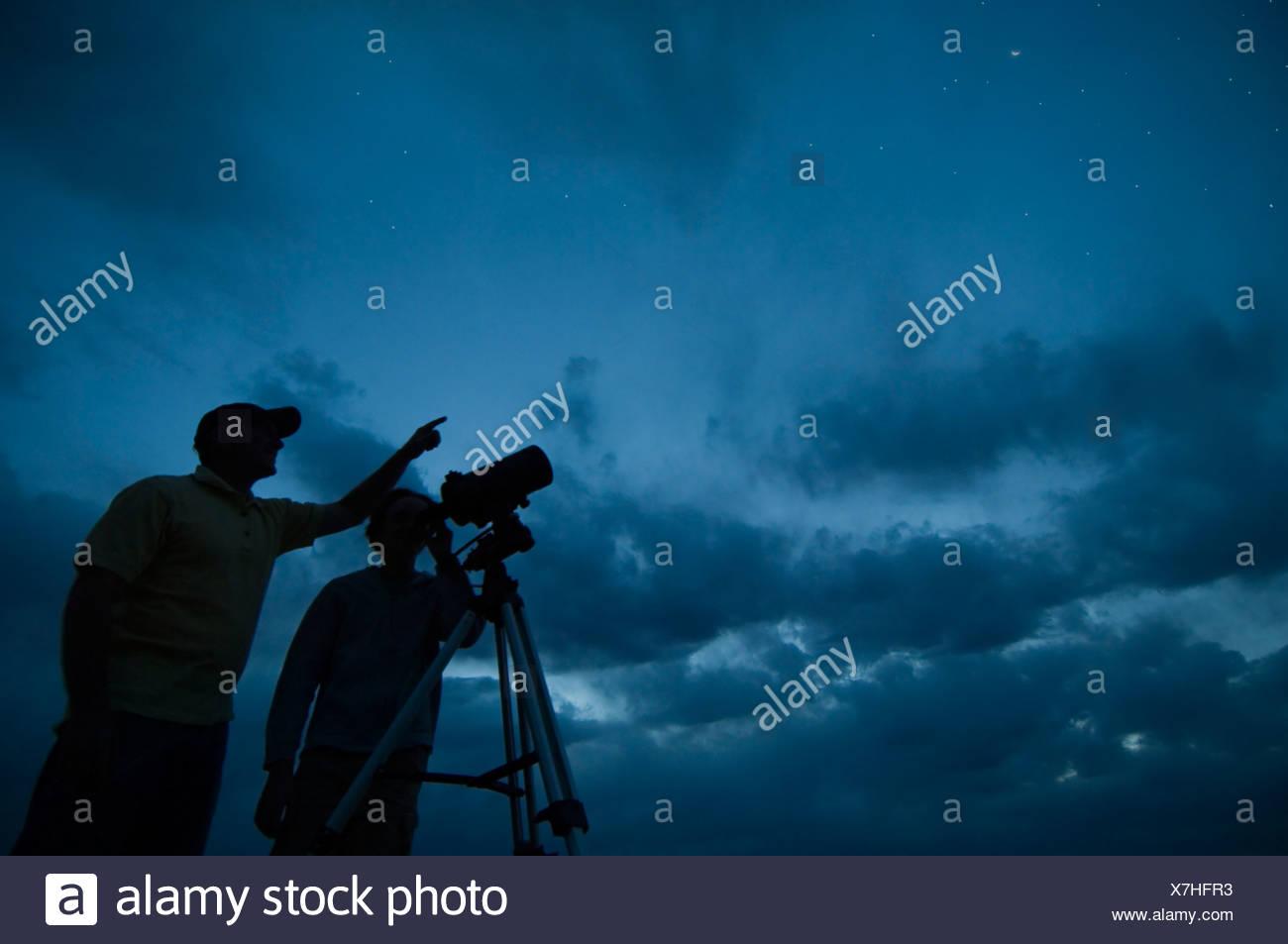 Paar mit teleskop auf stativ stockfoto bild alamy