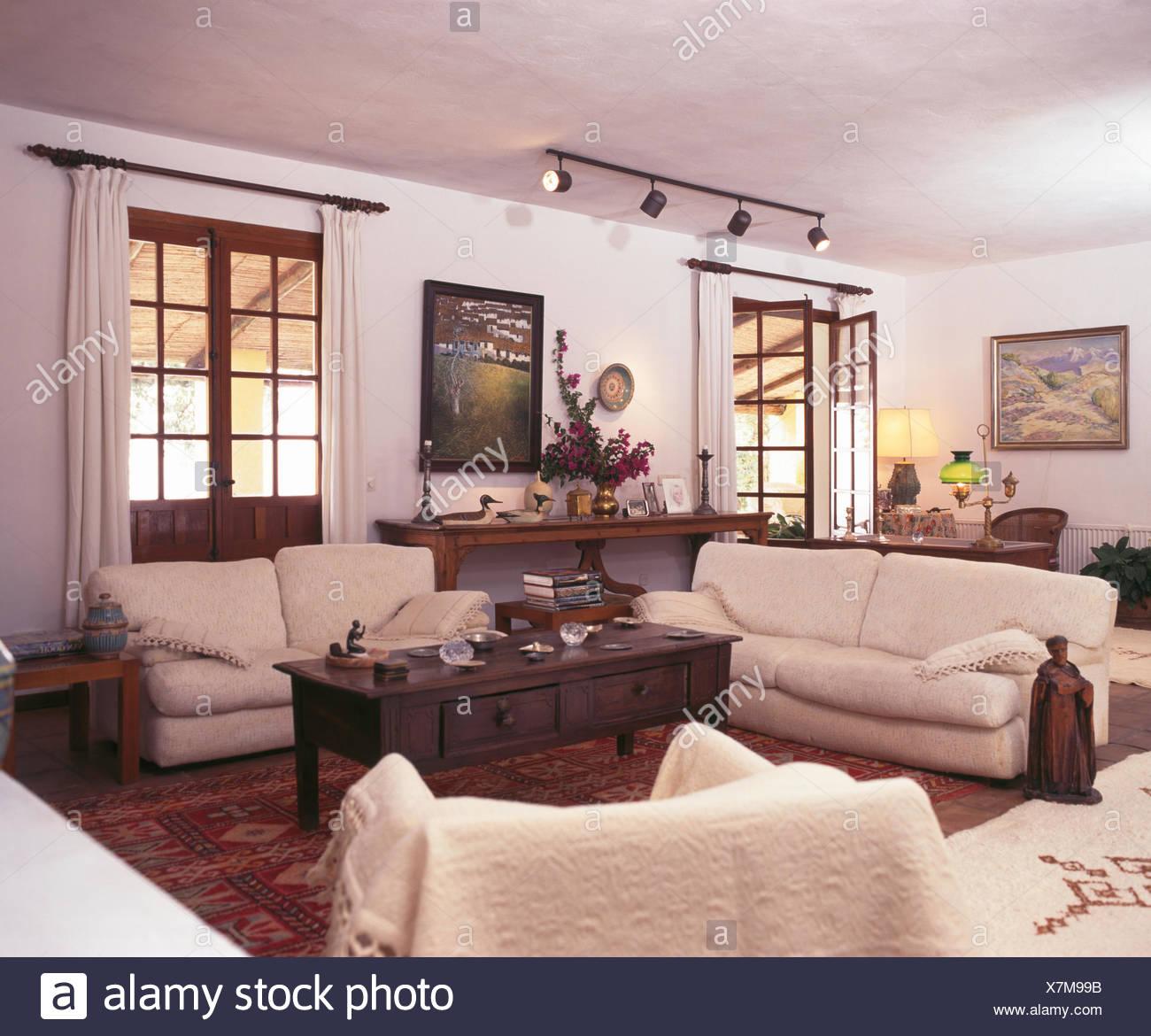 Blickfang Couchtisch Dunkles Holz Beste Wahl Cremefarbene Sofas Und In Weißen Spanischen Wohnzimmer