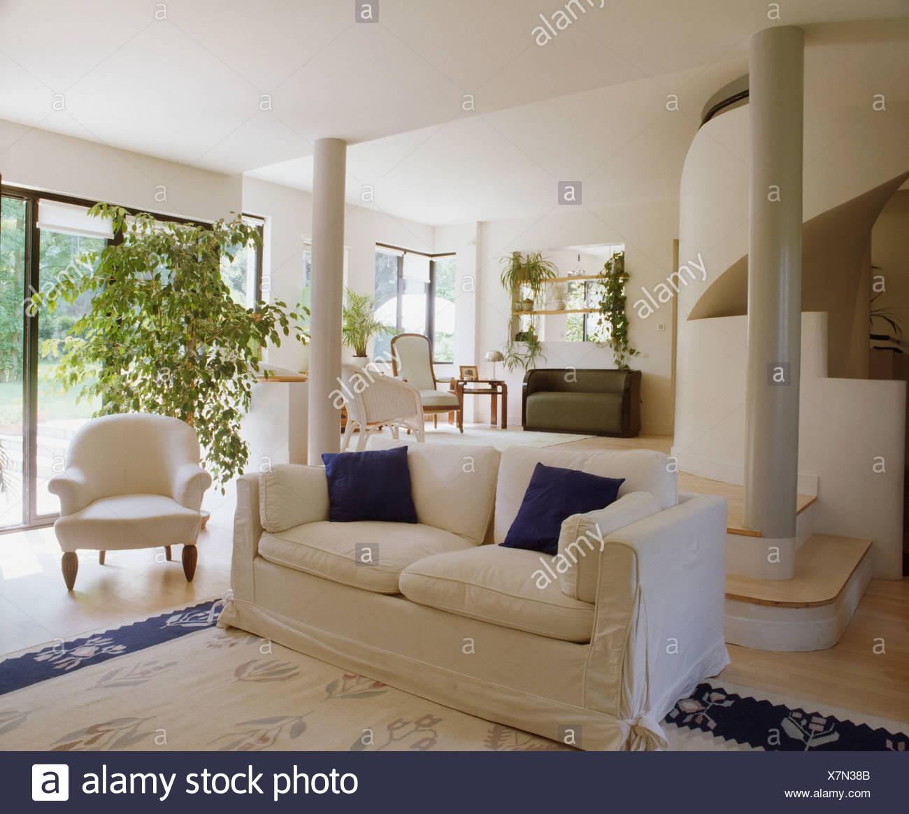Weissen Losen Deckel Auf Sofa Im Modernen Offenen Wohnzimmer Mit