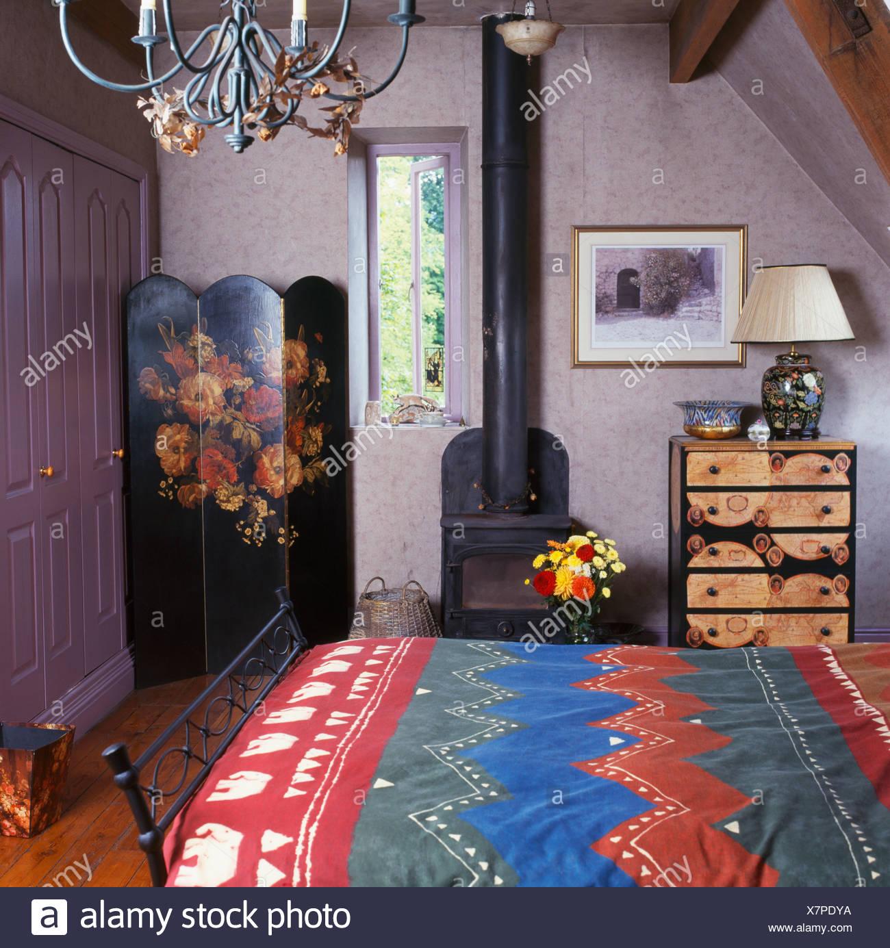 Schlafzimmer Bunt bunt gemusterten bettdecke im bett im schlafzimmer kleines land mit