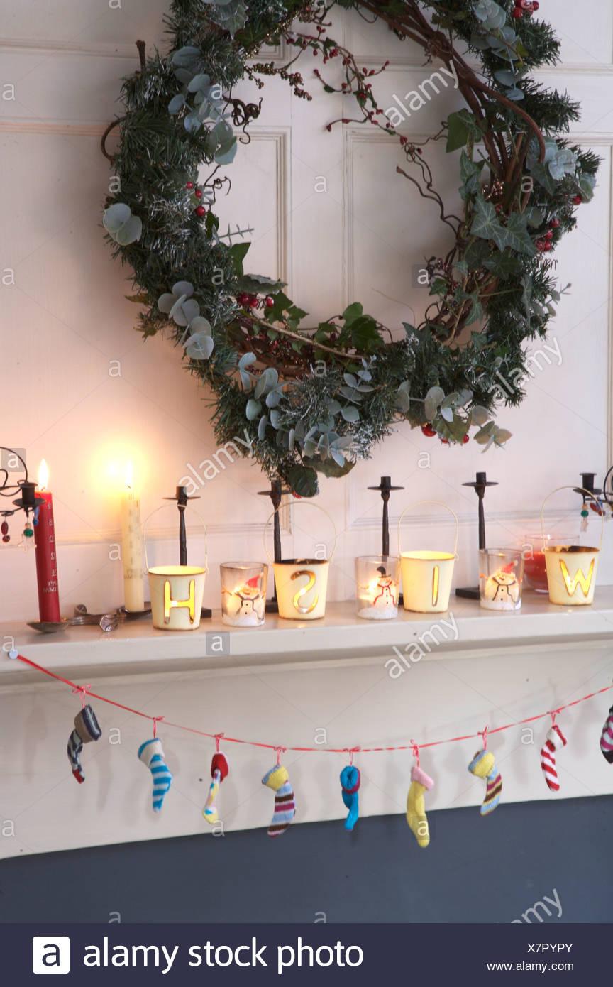 Hochwertig Efeu Und Koniferen Kranz über Dem Kamin Dekoriert Für Weihnachten Mit  Brennenden Kerzen Auf Kaminsims Und Girlande Aus Winzigen Strümpfe