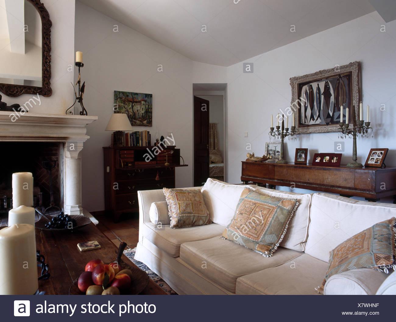 Creme Sofa In Franzosischer Landhaus Wohnzimmer Mit Weissen Wanden