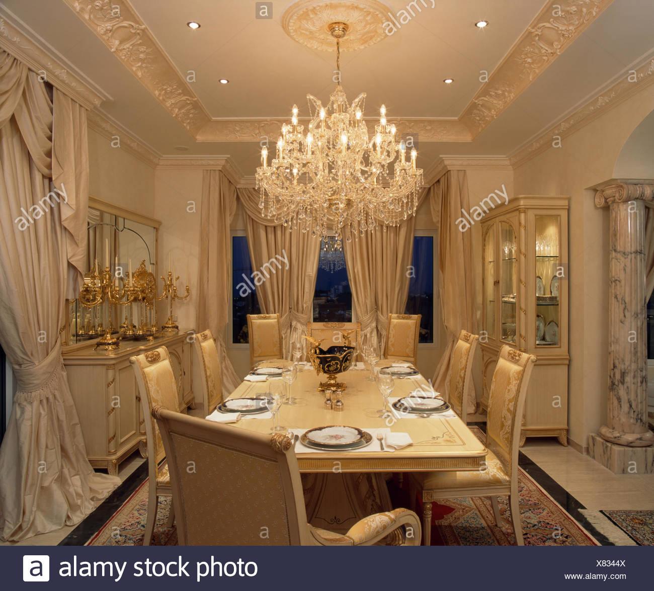 Reich Verzierte Glas Kronleuchter über Dem Tisch Für Das Abendessen Im  Opulenten Spanischen Speisesaal Mit Creme Seide Vorhänge