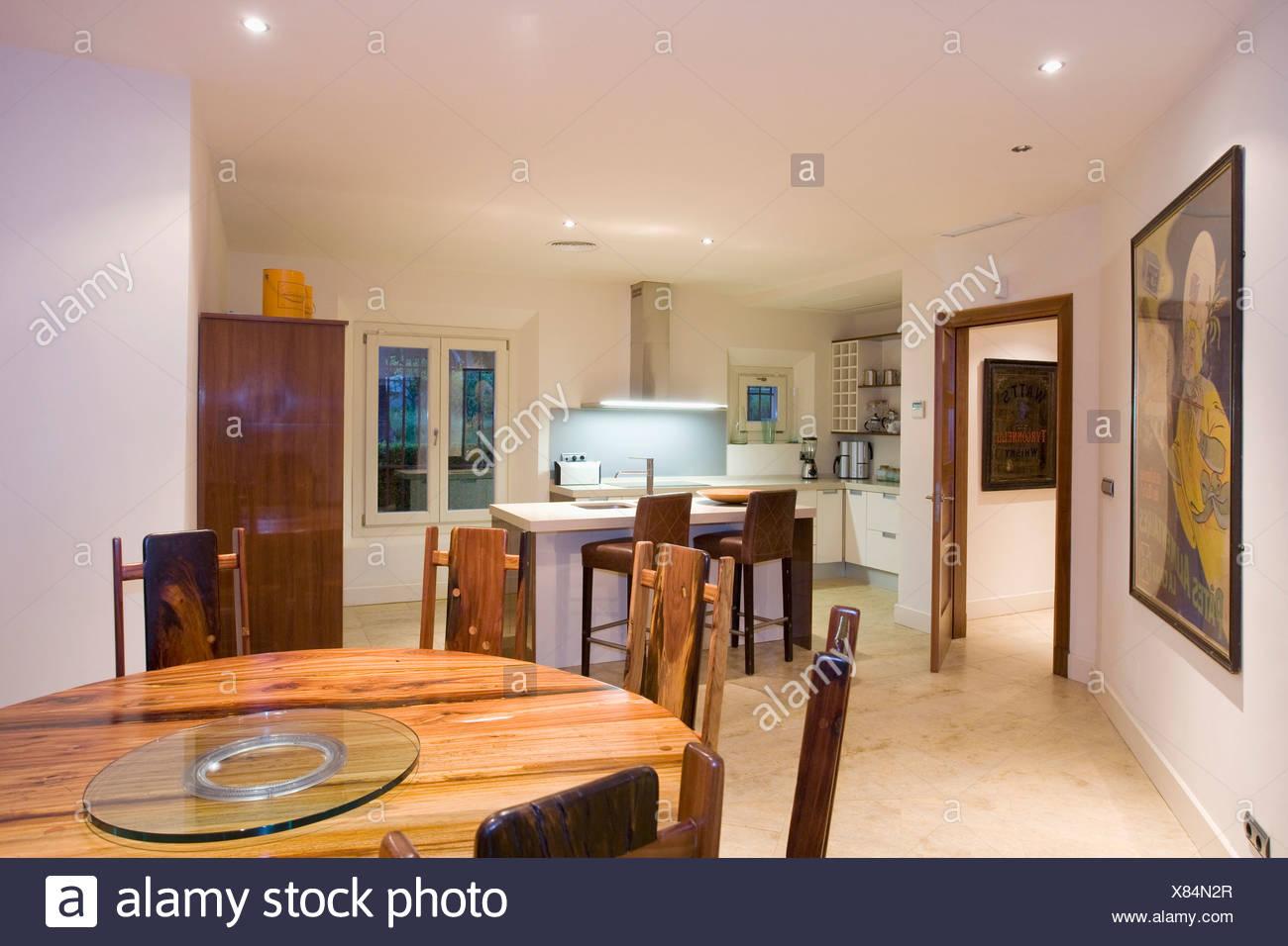 Kreisförmige Tropisches Hartholz Tisch In Moderne Offene Küche